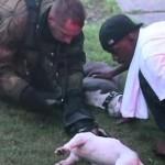 火災現場から気絶した2匹の犬救出、消防士が酸素マスクで蘇生