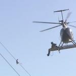 電線に引っかかった野鳥をヘリコプターで救出